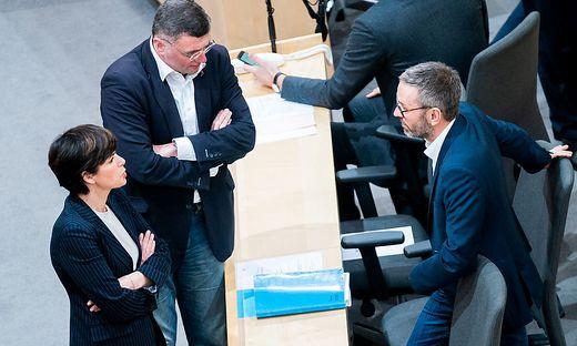 Für SPÖ-Chefin Pamela Rendi Wagner und FPÖ-Chef Herbert Kickl hat sich die Korruptions-Affäre rund um die ÖVP gelohnt: Beide Parteien fahren in Umfragen nach oben, die ÖVP verliert.
