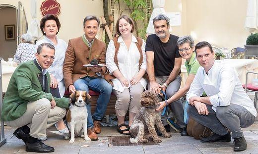 Mit Marion Weissenbrunner (Mitte) freuen sich unter anderen Bürgermeister Nagl und GBG-Chef Hirner