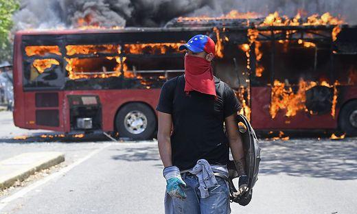 In der Hauptstadt Caracas kam es am Dienstagabend zu gewalttätigen Auseinandersetzungen.