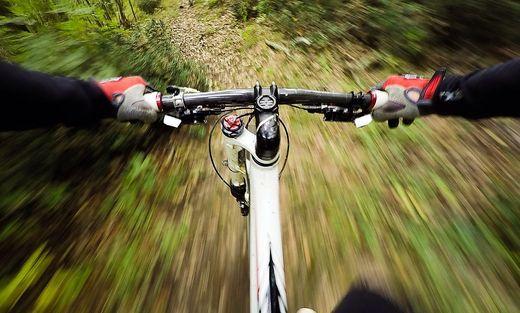 Ein 52-Jähriger kam auf einer Downhillstrecke zu Sturz