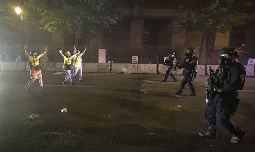 """Bundespolizisten in Portland nähern sich der """"Wall of Moms"""""""