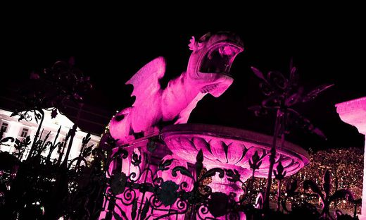 Der Lindwurm erstrahlt in pink.