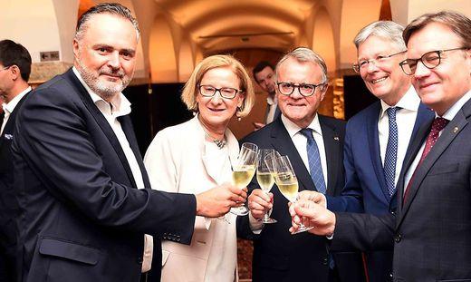 Stießen auf Niessl (Mitte) an: Hans Peter Doskozil, Johanna Mikl-Leitner, Peter Kaiser, Günther Platter