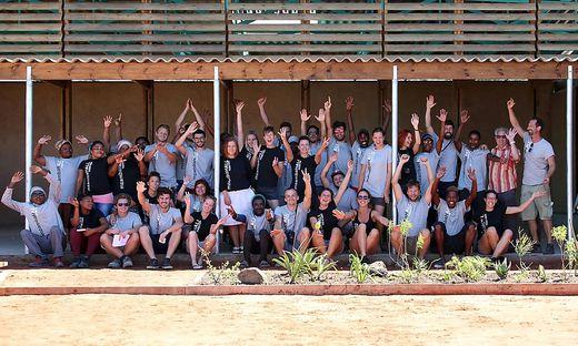 Eingespieltes Team: Nur sechs Wochen brauchten die angehenden Architekten, um die Halle aufzustellen. Die 60.000 Euro Projektkosten kamen aus Spenden