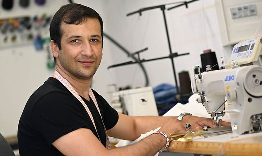 Der gebürtige Afghane Anwar Muhamad arbeitet als Schneider in Klagenfurt