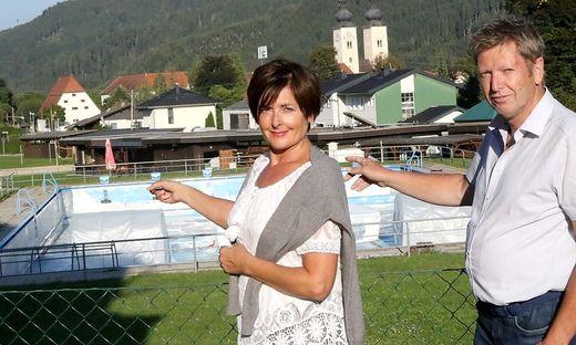 Christiane Wieser und Walter Hofer sind sehr nah am Schwimmbecken und  nah am Staub