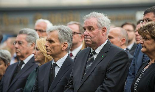 Landeshauptmann Hermann Schützenhöfer beim Trauermarsch eine Woche nach der Amokfahrt.