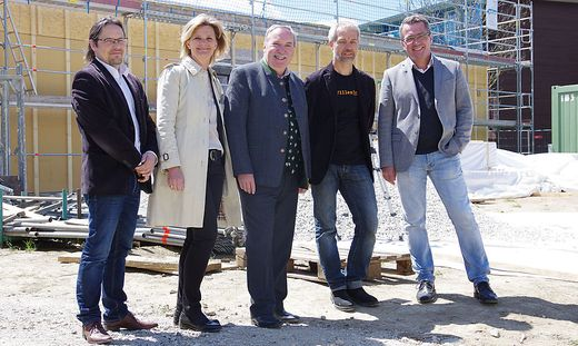 Stadtbaudir. Robert Pichler, Vizebgm. Susanne Kaltenegger, Bgm. Straßegger, Architekt Schemmel, Stadtrat Peter Koch (v. l.)