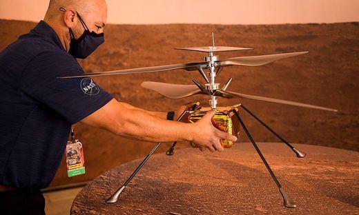 """Ein Modell von """"Ingenuity"""", das auf der Erde blieb"""