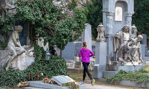 Laufen zwischen Grabreihen