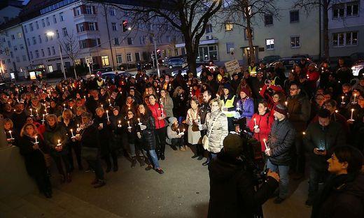 """""""Lichtermeer"""" protestierender beschäftigter der Sozialwirtschaft am 6. 2. vor der ÖGB-Zentrale in Klagenfurt"""