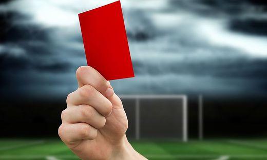 Vom Schiedsrichter gab es die Rote Karte, der Fußballer wurde für drei Spiele gesperrt
