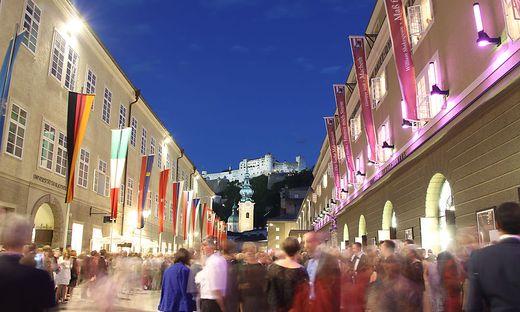 SALZBURGER FESTSPIELE 2011: ABENDSTIMMUNG VOR DEM FESTPSPIELHAUS UND FELSENREITSCHULE