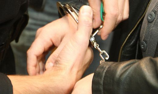 Die Polizeibeamten nahmen den Spittaler fest