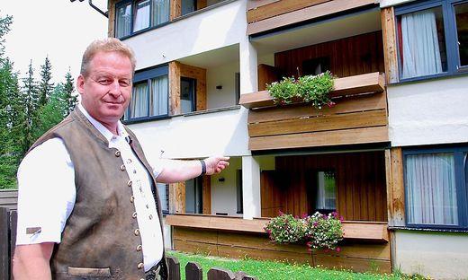 Hotelier Martin Waldner zeigt auf das Zimmer, in das der Fuchs eingedrungen war