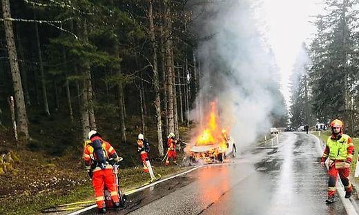 Autobrand auf der B72 in Krieglach