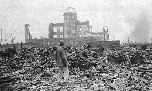 Hiroshima am 8. September 1945 vor einer Ruine, die einst ein Kino war