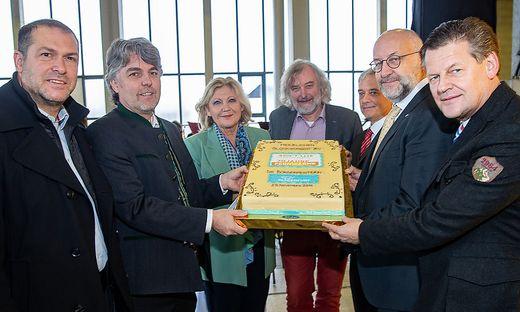 Die Klagenfurter Stadtpolitik überreichte eine Torte