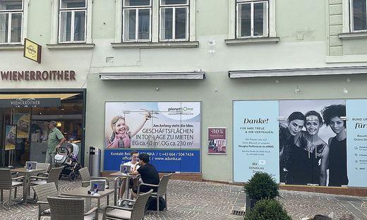 Die neue Filiale von Nägele und Strubell zieht in das Geschäftslokal von Wienerroither. Die Bäckerei wiederum zieht neban in die ehamalige Douglas Filiale an