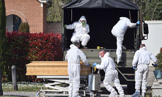In Bergamo müssen Tote zur Bestattung bereits in andere Städte gebracht werden