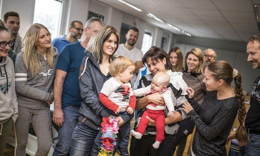 Carina Strugger und Sabine Hanschitz mit Nachwuchs. Bei den Kollegen herrscht ein Griss um die Kinder.