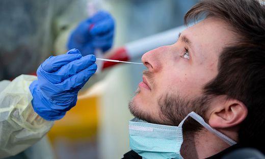 Warum der Nasenabstrich für viele so unangenehm ist