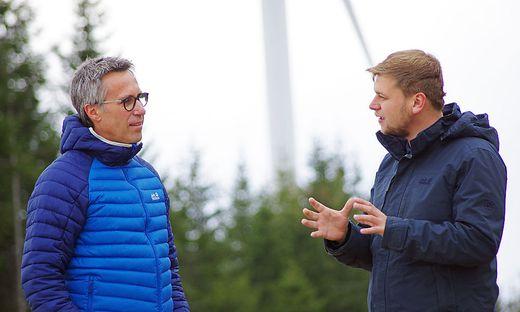 Bauernbund-Präsident Georg Strasser (l.) mit Michael Hainzl im Windpark Hochpürschtling