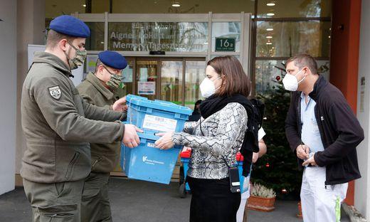 Übergabe des Impfstoffes an das Pflegewohnheim Aigner-Rollett am Rosenhain