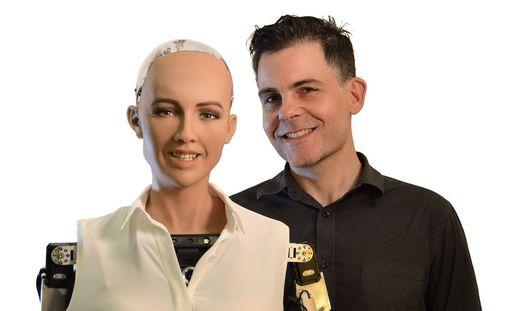 Roboter Sophia mit Erfinder David Hanson
