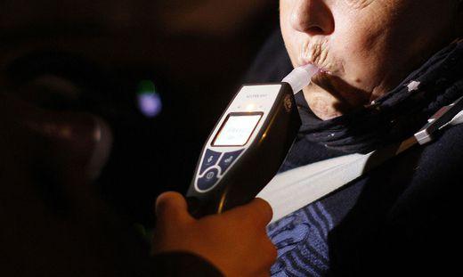 THEMENBILD: POLIZEIKONTROLLE / FAHRZEUGKONTROLLE / ALKOHOLTEST