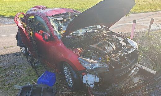 Wie nach einer Frontalkollision: Aus diesem Auto wurde Lenkerin befreit