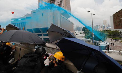 Erstmals setzte die Polizei blau gefärbtes Wasser ein. Damit sollte offenkundig die Identifizierung der von den Wasserwerfern getroffenen Demonstranten erleichtert werden