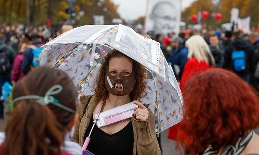 Frau mit Regenschirm auf Demonstration