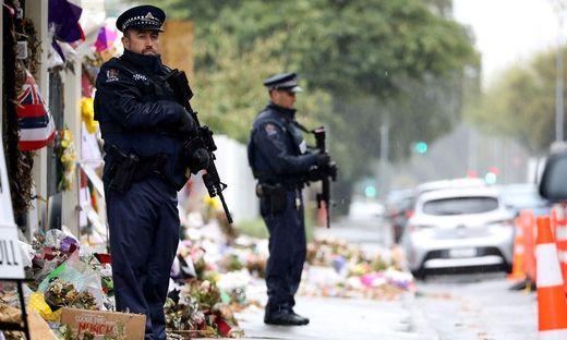 In Christchurch herrscht nach wie vor große Trauer nach dem Attentat, bei dem 50 Menschen starben. Die Polizei steht bei den Moscheen Wache