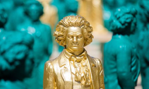 700 laechelnde Beethoven-Statuen