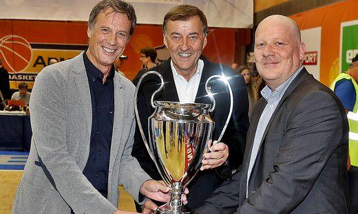 Ein Bild aus harmonischeren Tagen: Fritz Kratzer, Heribert Krammer und Bulls-Obmann Oliver Freund (v. l.) mit dem Supercup 2017
