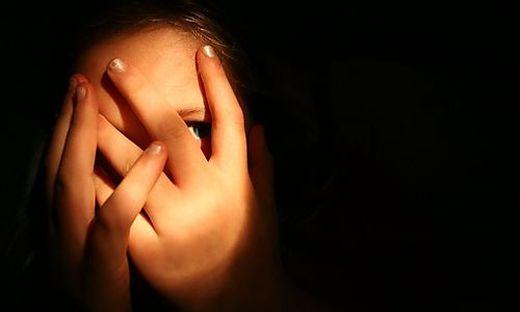 Ein Kind berichtet in einem Video, dass es geschlagen werde