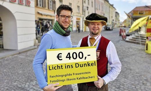 Kahlbacher und Maximilian Elleberger-Märker mit dem symbolischen Spendenscheck am St. Veiter Hauptplatz