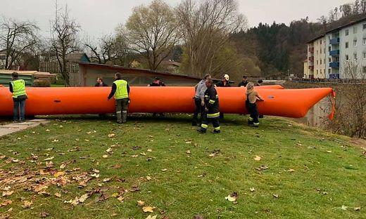 In Lavamünd wird der mobile Hochwasserschutz aufgebaut