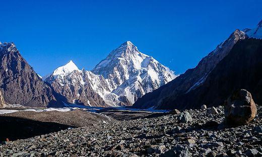 K2 und Broad Peak gesehen vom Concordia-Platz im Karakorum zwischen Pakistan und China