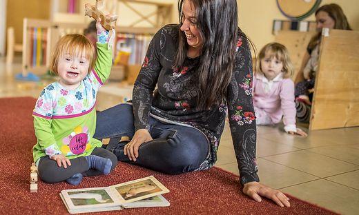 Justina fühlt sich bei Sabine Wohlfahrt in der Kindertagesstätte sichtlich wohl