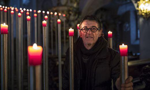 Brandy Brandstätter legt den Dombesuchern ein Kreuz in den Weg