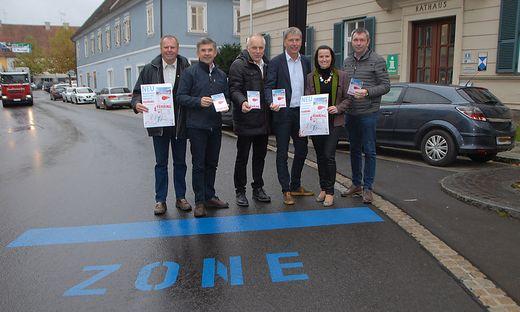 """Die Präsentation vor dem Rathaus, am Boden eine """"Zone""""-Markierung"""