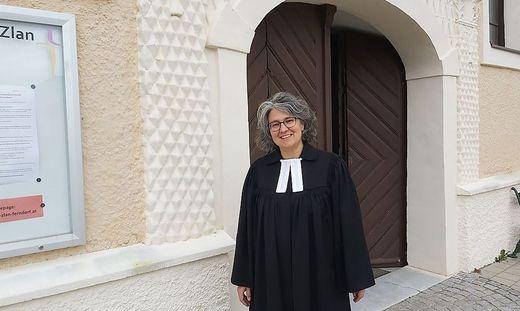 Pfarrerin Andrea Mattioli predigt am Sonntag im Freien