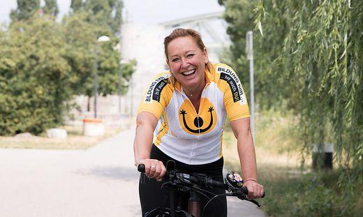 Sabine Braun mit ihrem Rad unterwegs für ausreichende Bildung