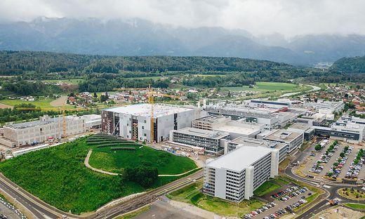 Dachgleiche der neuen 300-mm-Dünnwaferfabrik im Mai 2020 - allein die Bauarbeiten pumpten viele Millionen Euro in die Kärntner Wirtschaft