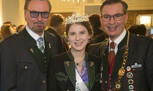 Nik P., die Narzssenkönigin Sabrina und Oberlandler Klaus Weikhard auf dem Ball 2020