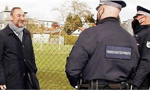 """Die neue """"Tierschutzstreife"""" ist schon im Einsatz, der Aufnäher bei der Uniform ist noch eine Montage"""