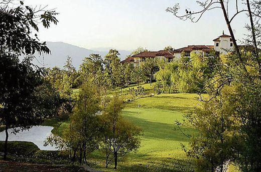 Das weitläufige Resort liegt an den Ausläufern des Himalaya