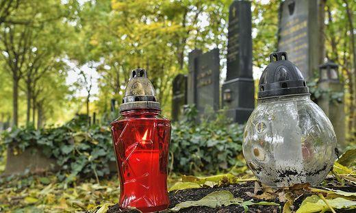 Das Bedürfnis, der verstorbenen Verwandten und Freunden zu gedenken, ist alt und noch immer groß. Zu Allerheiligen und Allerseelen besuchen viele Menschen die Friedhöfe